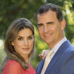 (VIDEO) TMs King Felipe VI and Queen Letizia of Spain Pose for the Press in Palma de Mallorca.