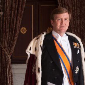 King Willem-Alexander and Queen Maxima of the Netherlands Welcome the President of France. (VIDEO)