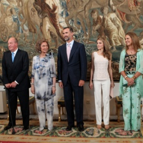 Their Majesties King Juan Carlos I and Queen Sofia of Spain Host a Dinner at Palacio Real de La Almudaina.(VIDEO)