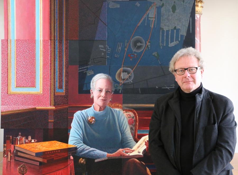 Lars Physant foran sit portræt af HM Dronningen