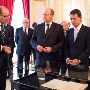 (VIDEO) HSH Prince Albert II of Monaco Views an Exhibition in Paris, France.