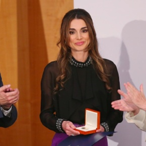 (VIDEOS) HM Queen Rania of Jordan Receives an Award.